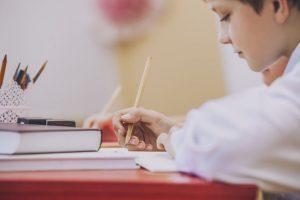 机にむかって勉強をする子供