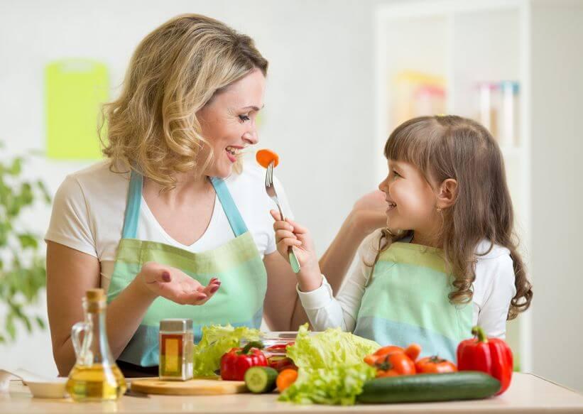 子供との食事を楽しむ