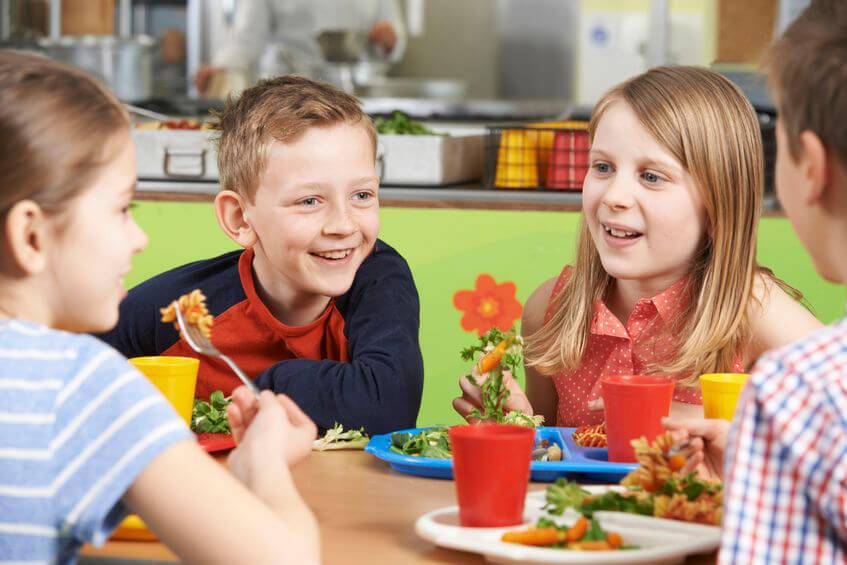 学校の給食を友達と食べる