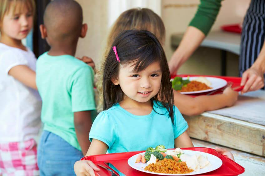 学校の給食を食べる