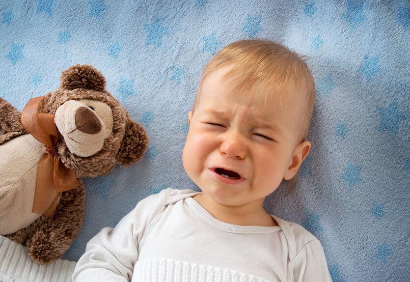 おむつなし育児で泣く赤ちゃん