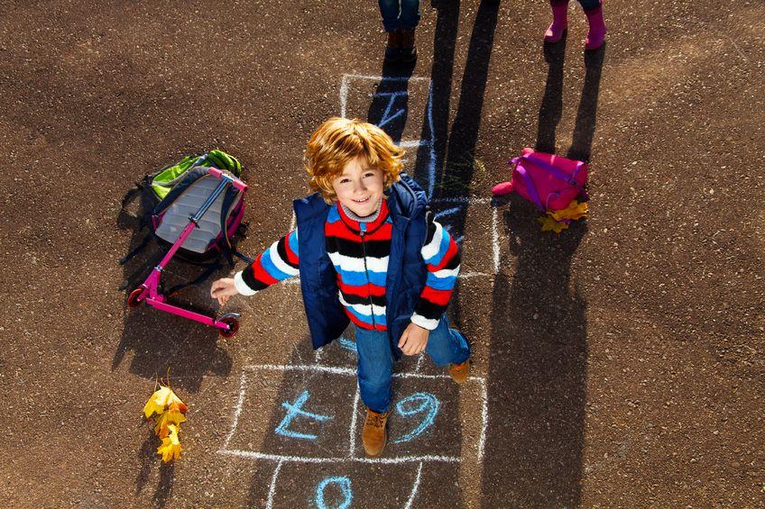 放課後に遊ぶ子供