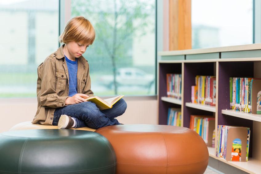 社会の勉強から様々なことを学ぶ子供