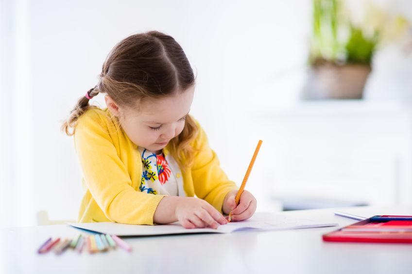 鉛筆を持つ練習をする子供