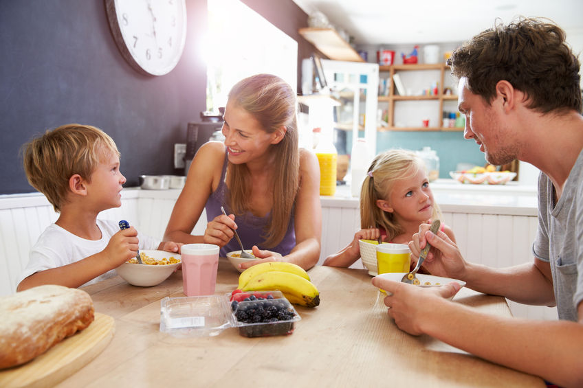 朝食をとる家庭