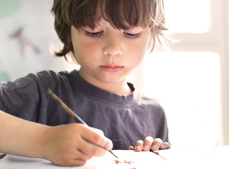 国語を勉強する子供