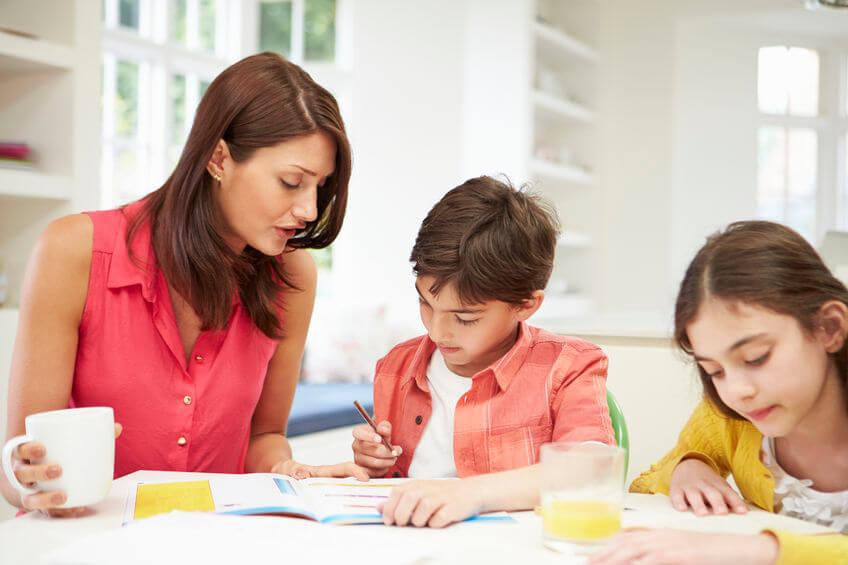 中学受験の勉強をする家庭