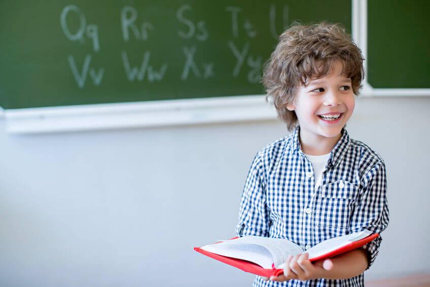 言葉を勉強する子供