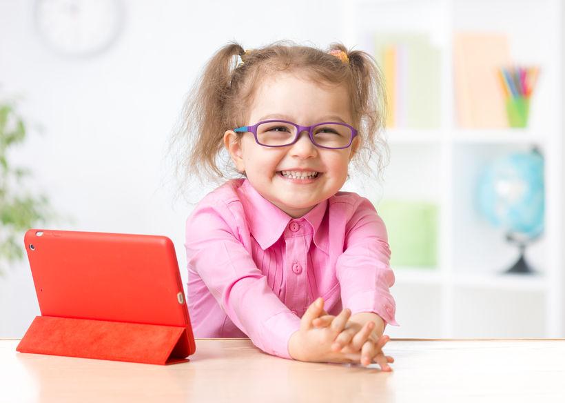 タブレットで勉強する子供