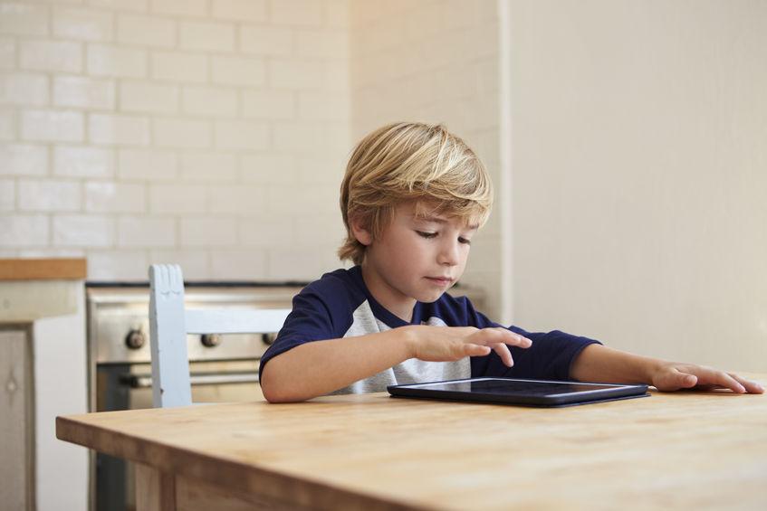 タブレットで学習する子供
