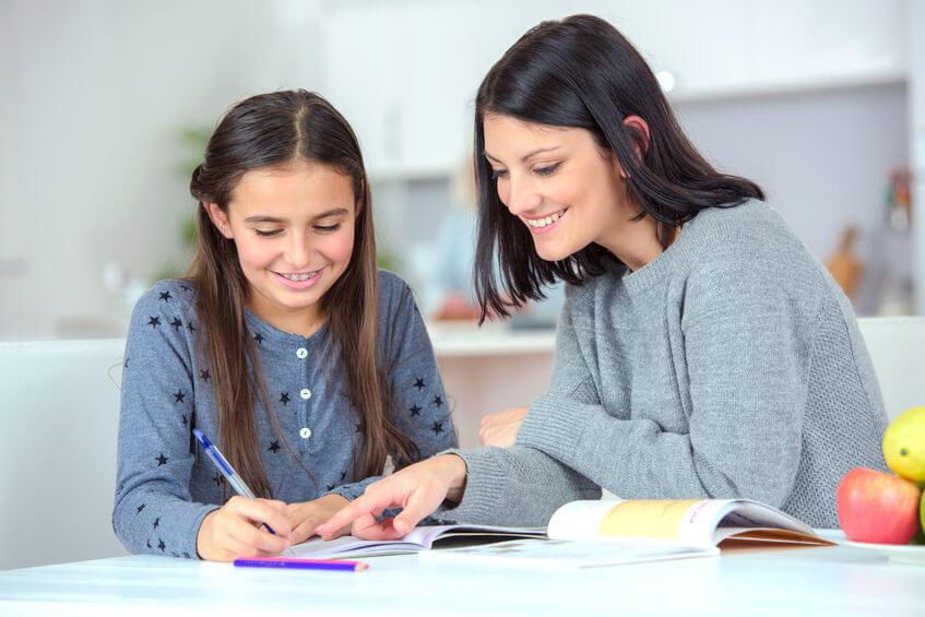 国語の勉強を助ける母