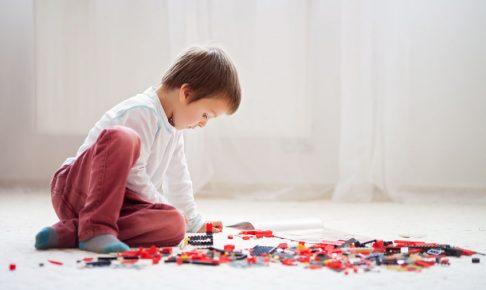 レゴで遊ぶ少年
