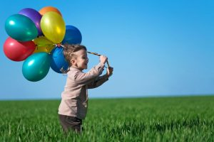 風船を持って走る子供