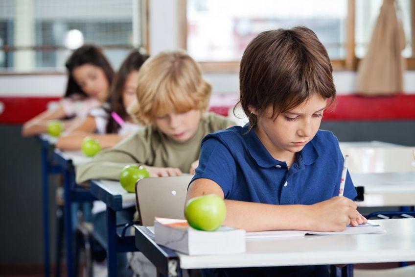 塾で勉強をする小学生