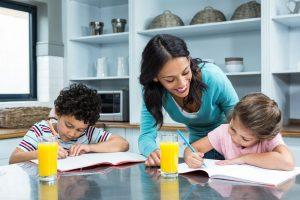 宿題を教える母