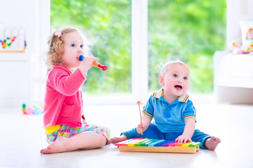 楽器で遊ぶ赤ちゃん