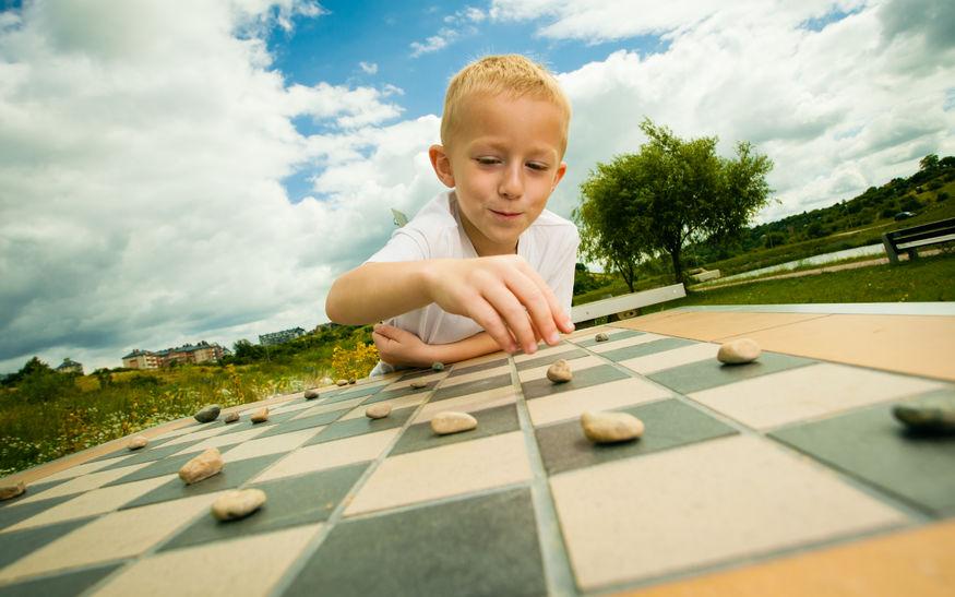 囲碁をする男の子