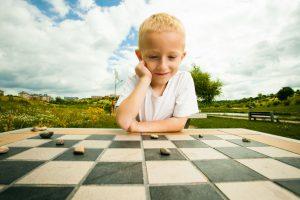 将棋をする男の子