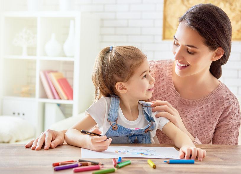 塗り絵を楽しむ親子