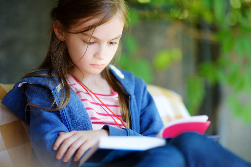 参考書を読む子供