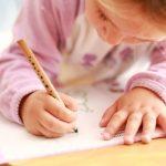 塗り絵をする子供