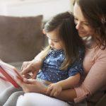 絵本の読み聞かせをする母親