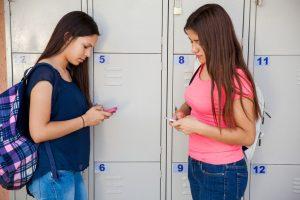スマホをする中学生