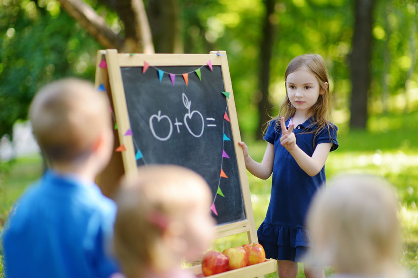算数を教える小学1年生