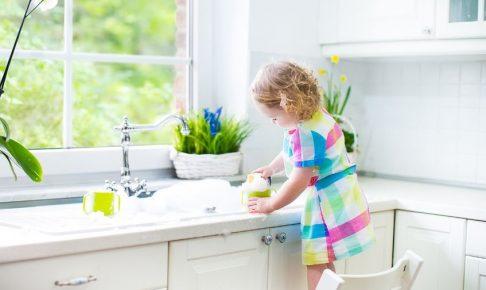 掃除する女の子