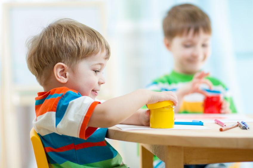 手先を使った遊びをする子供