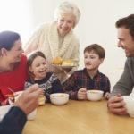 義理両親と食卓を囲む