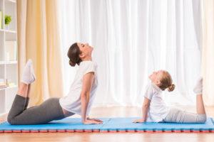 家で体操をする親子