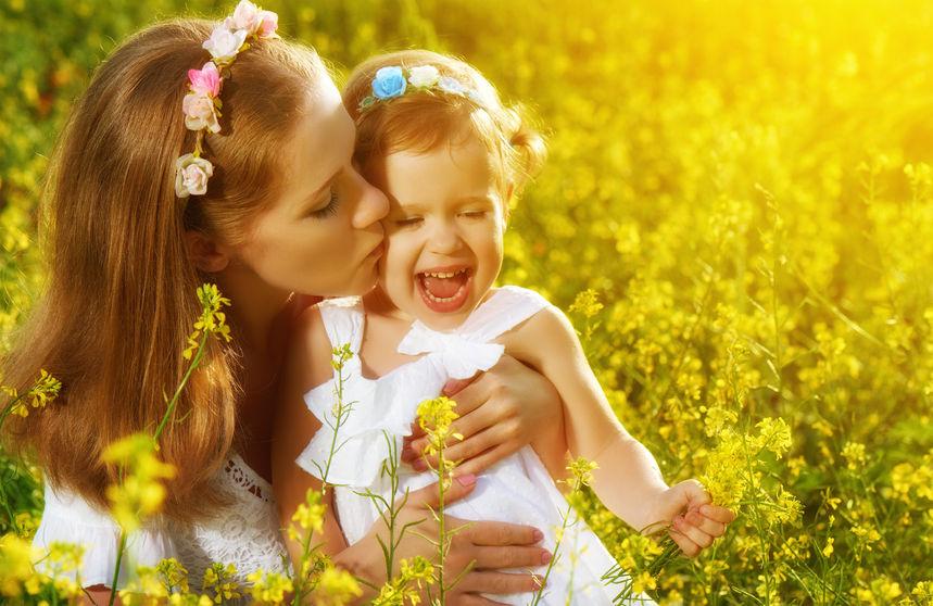 子供を抱っこする母