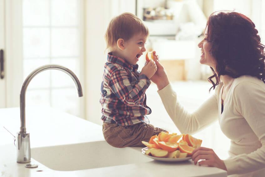 母と遊ぶ子
