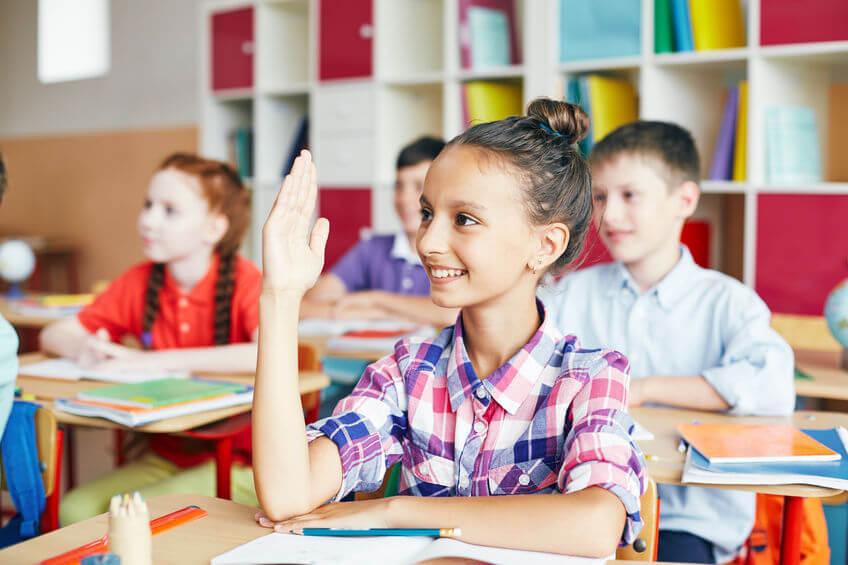 授業で手を上げる子