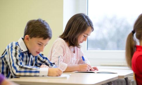 中学受験塾で勉強する子