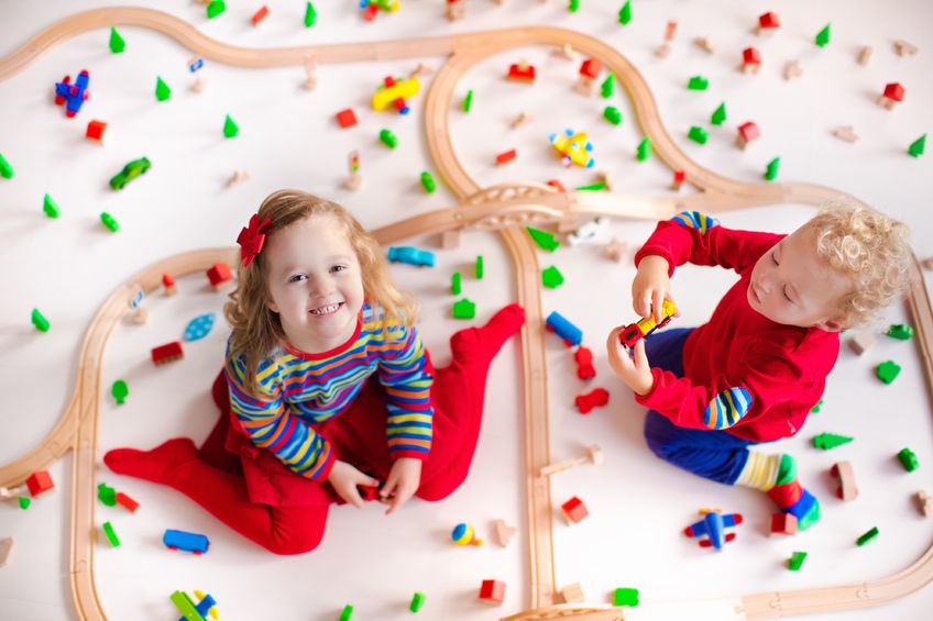 知育遊びをする子供たち