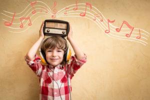 音楽を聴く子供