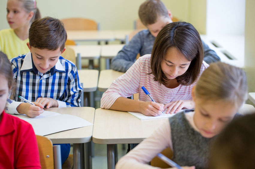 テストを受ける子供たち