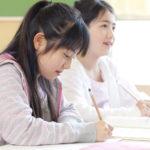 第一ゼミナールで受験勉強をする小学生