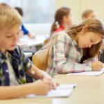 受験勉強をする子供たち