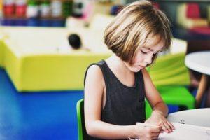 算数を勉強する子供