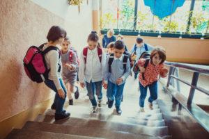 小学校へ登校する子供達