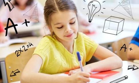 暗記をしながら勉強をする子供
