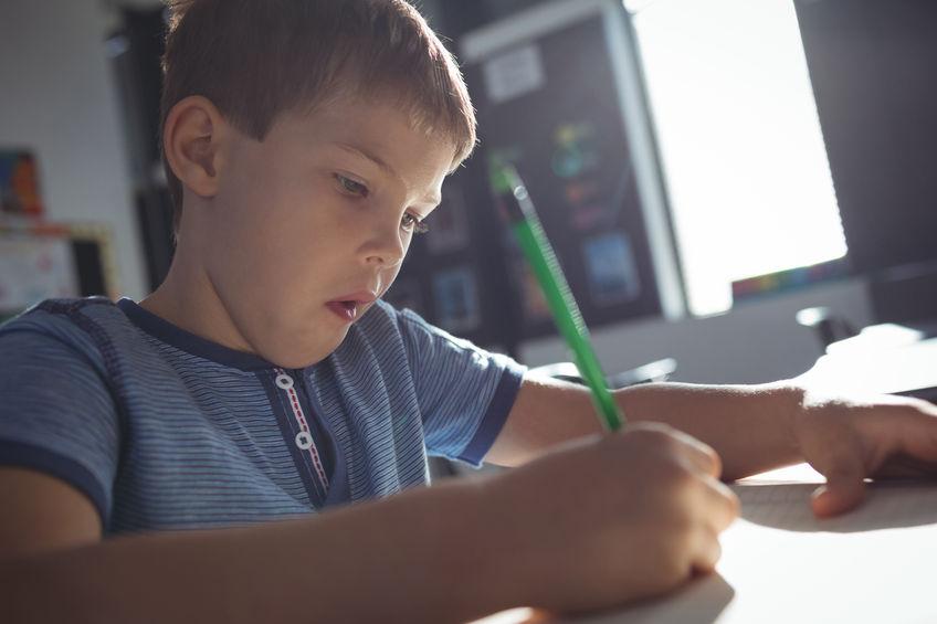 勉強にやる気を持って取り組む子供
