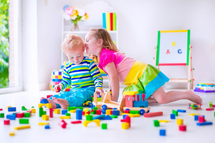 積み木で遊ぶ子供たち