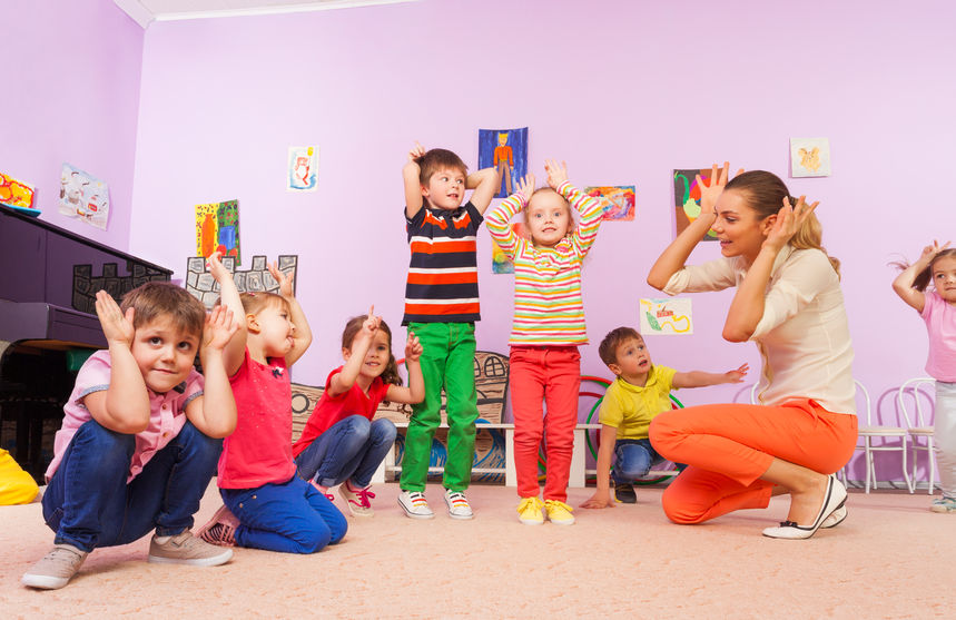 体操をする子供たち