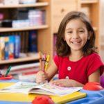 塗り絵を楽しむ子供