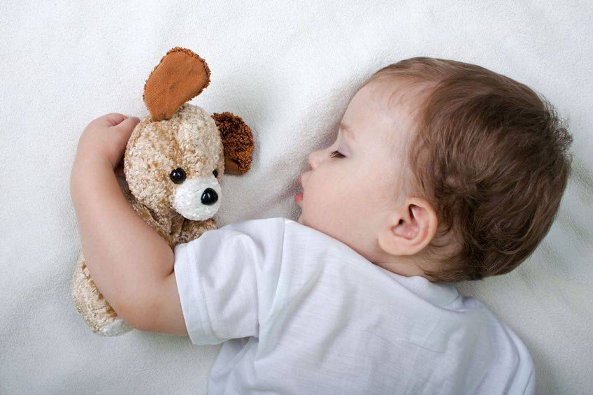 マッサージをして良く眠る子供