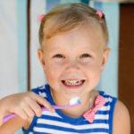 歯ブラシをする子供